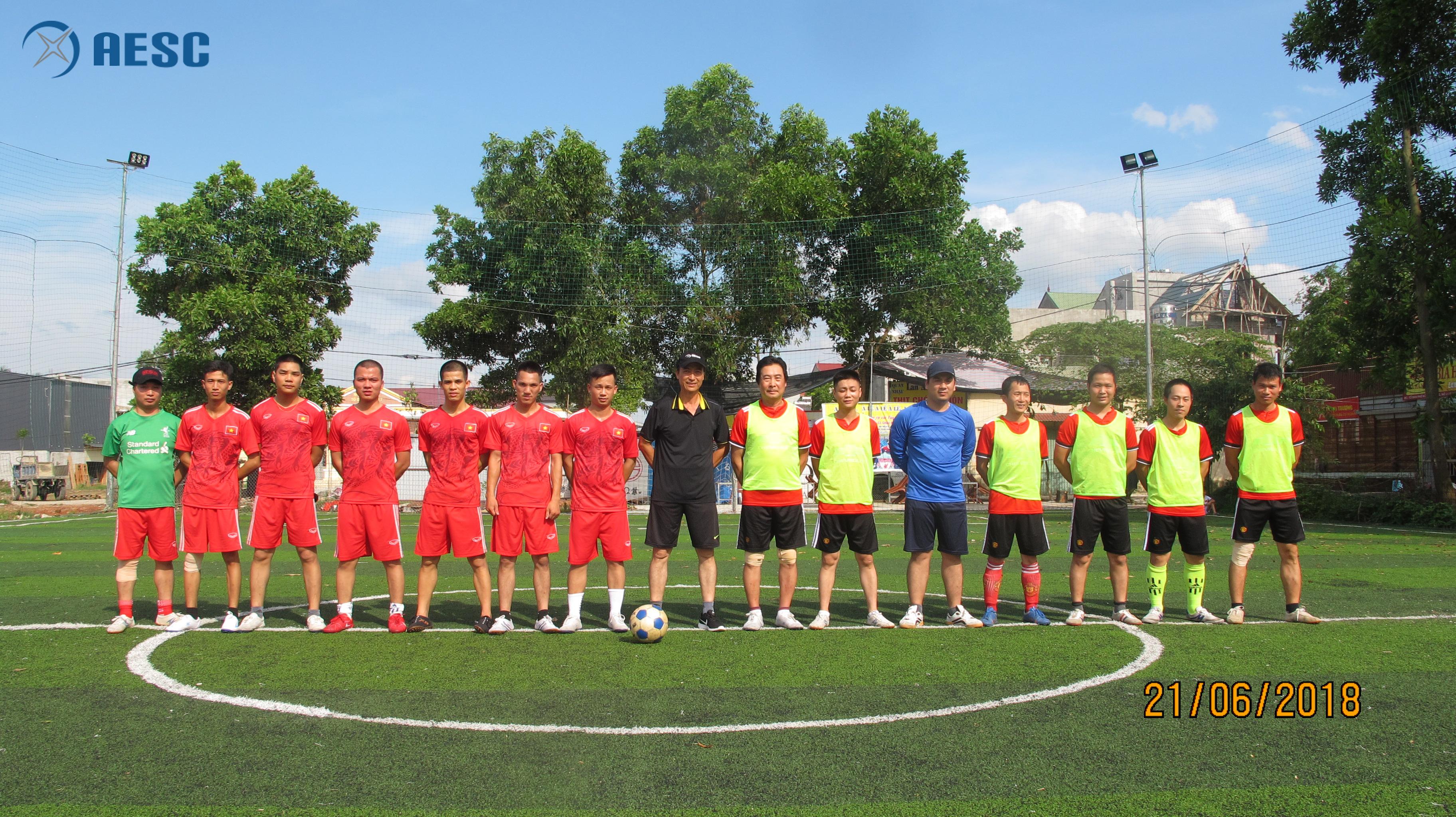 Các tuyển thủ trước giờ bóng lăn